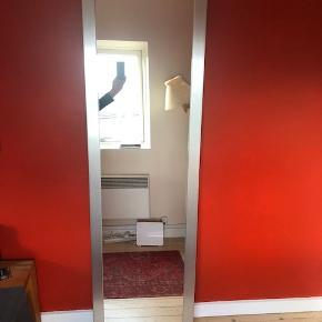 Stort, gedigent spejl fra IKEA med ramme i aluminium. God tyngde i spejlet.  Mange anvendelsesmuligheder. Kan både bruges som gulvspejl, entréspejl, badeværelsesspejl, vægspejl mm.  Mærke: IKEA Ramme: Aluminium Størrelse: Ca 49 x 179 cm  Nypris: 599 kr  Ca 3 år gammelt. Fremstår rigtig pænt (med et par brugsspor - se billede 4 & 5)