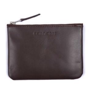 Mørkebrun Carhartt pung. Den har et rum og lukkes med lynlås.  Den måler 14 x 10 cm. Lavet af kolæder. Super fin kvalitet.  Prisen er fast.