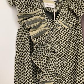 Sommerkjole fra Cecilie Copenhagen i 100% bomuld. Kjolen har knapper foran, så man har muligheden for at åbne kjolen op for neden og få en høj slids.   Helt som ny, aldrig brugt og stadig med hangtag.   Nypris: 1.400DKK  Mindstepris: 300 DKK