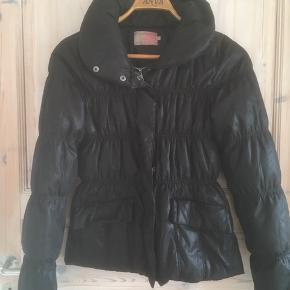 Saint Tropez sort frakke str. S. Kan også passe str. M.  Style H7024/A. 100% polyester  Sælges 175 kr.   Fri Porto ved køb over 300 kr ved køb af tøj, sko, ur. Tjek  endelig mine andre annoncer