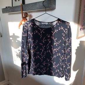 Sælger denne blomstrede navy skjorte. Blomsterne er lyserøde.
