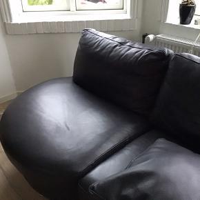 Flot læder sofa til 3 personer, lille rids i læderet på ca. 2 cm, man ser det næsten ikke.. ellers meget velholdt
