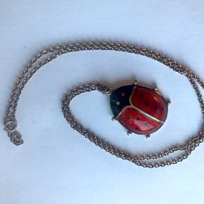 David Andersen stor emalje mariehøne.  Mål 3,5x2,5cm. Forgyldt Sterling sølv.  Kæden er amerikansk double. Længde på kæde 53cm