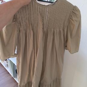 Verdens smukkeste kjole fra Malene Birger, men den bliver bare ikke brugt nok, desværre. Har de fineste detaljer, og er bare smuk! Max brugt 2 gange!