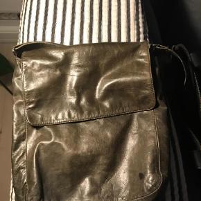 Varetype: Crossbody Størrelse: 22x30 Farve: Armygrøn Oprindelig købspris: 2000 kr.  Fin taske fra Apair.  Der er et par kuglepenne mærker, som kan ses på billedet. Synes ikke efter noget man lægger mærke til, når tasken er i brug.  Sælges billigt. Kom med et bud