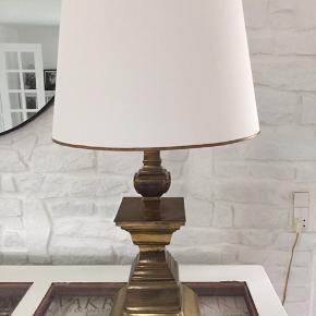 Meget stor lampe i messing med hvid skærm