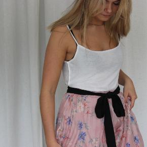 Flot plisset nederdel med blomsterprint. Aldrig brugt 🌸