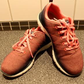 lækre skechers sko, lidt store i str, svarer til 38.