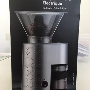 Virkelig fin sølv kaffe-grinder, stadig i original indpakningen og aldrig blevet brugt. Nypris: 799,-