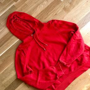 2 stk hoodies  Blå og rød: H&M str M Rød: Monki str S Samlet pris:50kr
