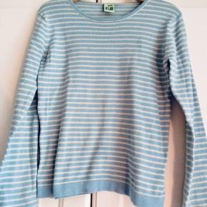 Flot og velholdt trøje fra FUB i en turkis-blå strib, i ren bomuld. Str heder 120 men svarer bedst til en 110.     Nypris 400kr. Sælges til 125kr