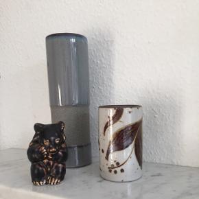 Keramik vase fra Bornholmsk Stentøj / søholm, 11 cm høj. Hvid og brun med plante / blomster mønster. 180,- kr. Blå vase, en blanding af glaseret og tekstur keramik, 22,5 cm høj. Ukendt mærke. 65,-.