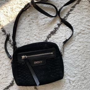 Fin taske fra DKNY. Brugt, men stadig i god stand.