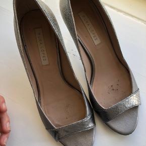 Smukke stilletter fra Pura Lopez. De er brugt få gange hvilket kan ses under skoen. #30dayssellout