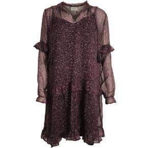 Neo Noir Abela kjole i lilla, str S. Kun brugt én gang. Ny pris 499kr.  Sletter annoncen når varen er solgt