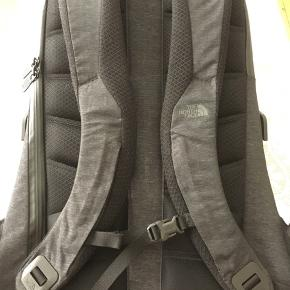 North Face  Access Pack Hardcase rygsæk i sort og mørkegrå med mange smarte rum og lommer Tjek videoen :  https://youtu.be/G-VM6wUr16w  Velholdt stand Nypris 1800