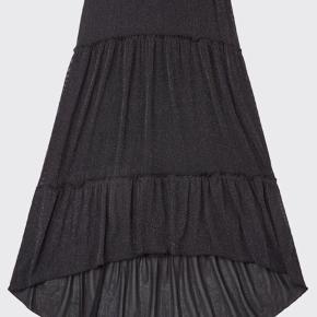 Sælger min populære nederdel, sort med flot glimmer i😍  Aldrig brugt, kun prøvet på  Insta: @by_dalsgaard