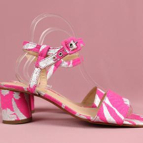 Sælger denne smukke sko fra Stine Goya. Model: Oda heels  Aldrig brugt, stadig med sticker under skoen - se billeder :)  Nypris: 1900 ,-