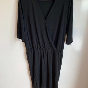 Smuk kjole med slå om effekt   Sidder enormt flot   Mp 200
