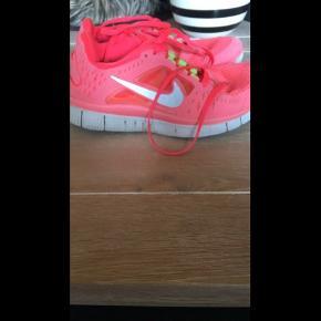 Lækkere sko fra Nike free, er kun brugt nogle få gange.