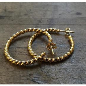 Smukke guldbelagte swirl hoops fra Handcrafted CPH. Brugt 1 gang. NP 350 kr.  De måler Ø3 cm.