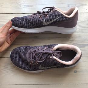 Nike Flex TR 7 i lilla. Str. 42, men små i størrelsen og passer derfor en 41. De er brugt meget lidt, men jeg har fået nye og de skal derfor sælges. Jeg har vasket dem, så de er så gode som nye 🌸🌟