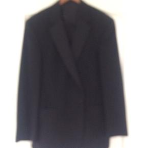 DIGEL smoking sæt, habitjakke str 54, bukser med satinstribe str 27. ..54%polyester/43%uld/3%elastan... købt hos Otto Johansen, Slagelse... aldrig brugt... gerne mobilpay eller TS-handel +5%. (Sælger også en smoking skjorte, se mine andre annoncer)