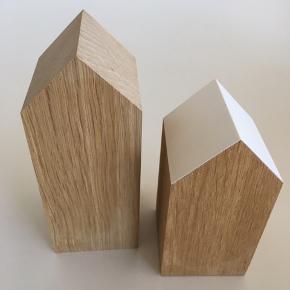 Applicata huse. Den store er 15 cm og helt i træ. Den lille er 12 cm med hvidt tag. Prisen for begge huse samlet er 75 kr.