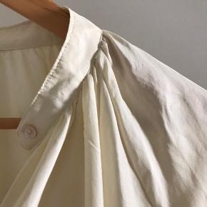 Helt ny silkekjole fra premium collection Forkortet ærme og krave  Kun prøvet på men endte med en anden til en fest så er derfor i super stand 100%silke