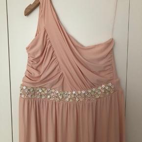Super smuk kjole, rummelig str. slids forneden.