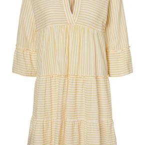 Gul og hvid stribet sød kjole. Alm i str, passer en 38-40