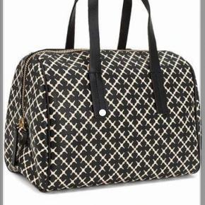 35x25 cm - der er ikke den lange rem til tasken så det er kun håndtaske