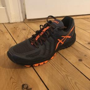 Trekking sko fra Asics.  De bliver brugt af Det Danske Forsvar som idræts sko.