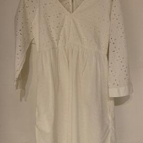 Hvid kjole fra Zara med lommer. Snor-lukning bagpå.