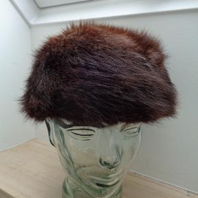 Brand: pelshuset Varetype: vintage mink Størrelse: 56 cm Farve: Mørkebrun  Huen er i pæn stand