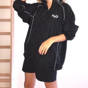 Cool vintage H2O jakke!  Passer S-L Lynlåsen fungerer fint, men mangler den der dims man normalt tager fat i (se billede 2) men ikke noget der gør nogen forskel for funktionen på jakken.