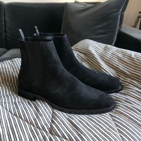Helt nye ruskinds Chelsea boots fra Tiger of sweden sælges, da de lige sidder tæt nok. Jeg har brugt dem en halv times tid indenfor for at prøve at gå dem til, men må nok indse jeg skulle havde haft en 43. Nypris var omkring 2300kr