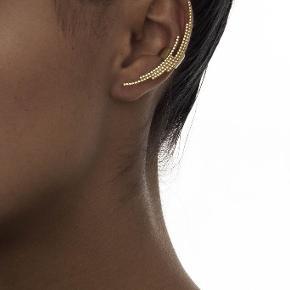 Forgyldt Crescent ear cuff fra Maria Black. Ingen æske.