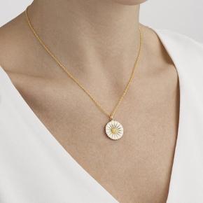 Halskæde fra Georg Jensen sælges.  Model: DAISY.  Materiale: Sterlingsølv belagt med 18 Kt. guld, hvid emalje.  Mål: 18 mm (stor).  Brugt sparsomt. Nypris: 1300,-.