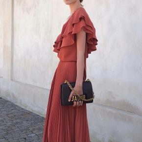 Birgitte Herskind top/bluse. Str. S/M.  Spritny. Brugt 1 gang på billedet.  *** har IKKE nederdelen længere ***  Nypris: 1699  🚫 BYTTER IKKE 🚫