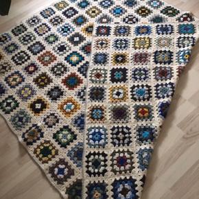 BYD - Hæklet tæppe 150x180 cm. Pænt og velholdt. Kan vaskes i vaskemaskine på uldprogram.