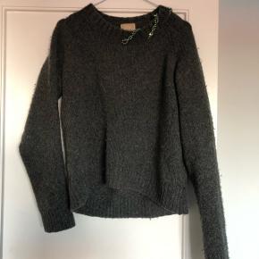 Sælger denne uld trøje fra H&M Trend. Trøjen er i str. 34, men vil mene at den kan passes af mange forskellige størrelser.  Køber betaler porto. Kan også afhentes på min adresse i KBH S. Tæt på Amagerbro metro st.  Spørg for flere billeder!  Sweater - strik - uldtrøje