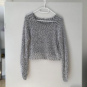 Dejlig blød og let sweater i kort model.   Størrelse S fra H&M.  Aldrig brugt og er derfor som ny. Spørg endelig efter flere billeder.  Kom med et bud. Mængderabat gives ved køb af flere dele.  Sender gerne på købers regning.