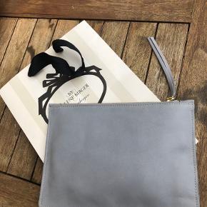 """Helt ny elegant & klassisk clutch i 100% kvalitets """"læder""""koskind med beige indvendig bomuldsfoer  Clutchen er ubrugt og ligger stadig i original indpak fra Malene Birger  Mål B23 x H17 cm  Ny pris 1600"""
