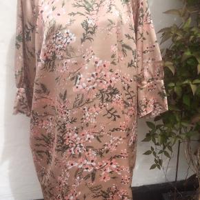 Ny tunika i nude, lyserød og armygrøn  Brystmålet er 2 x 70 cm Længde 95 cm Polyester Rabat ved køb af flere dele