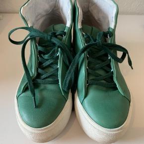 """Fede grønne """"basket""""-lignende støvler. Kun brugt 4-5 gange.   Ny pris 1200 kr."""