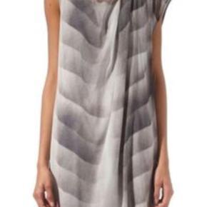 Varetype: NY KJole Størrelse: str 2 = small Farve: Transparant  Virkelig smuk ny kjole med fine print.     Kjolen er ny, og sælges for en veninde som har købt den på en amerikansk hjemmeside dog for lille.  Hvis kjolen skal sendes udenfor DK, skal portoen aftales med sælger.    Str 2 😊 som svarer til str small    Stylen hedder gradient print chiffon dress       *** BYTTER IKKE ***