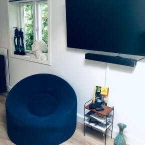 En rigtig flyder af en loungestol i mørk blå. Man sidder/ligger Mega godt i den! 😊   Betræk kan tages af og vaskes.  Den er kun brugt meget lidt.   Står i Charlottenlund.  Bud er velkommen 😎