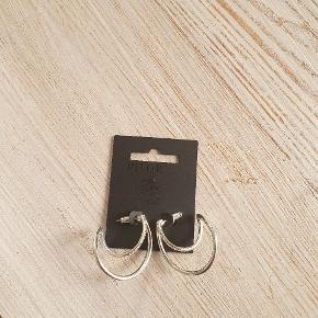 Super flotte øreringe fra Pilgrim, kun lige prøvet på, bruger gerne Mobilepay.