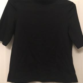 Cos bluse, funnel neck top, bomuld med stræk. Str xsmall. Længde 53cm. 75kr Kan hentes kbh v eller sendes for 40kr dao